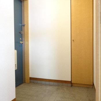 玄関広〜い!人がたくさん来ても靴置ける!(※写真は2階の同間取り別部屋、清掃前のものです)