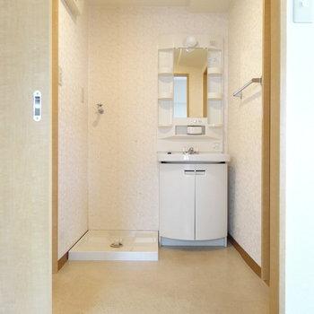 脱衣所に洗濯機置場と洗面台。タオルなどを収納する棚も置けそう!(※写真は2階の同間取り別部屋、清掃前のものです)
