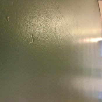 この壁、アクセントクロスではなく、塗装されているんですね。素材感が素敵です。