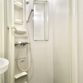 その隣にはシャワールーム。バスタブがない分お掃除が楽です。