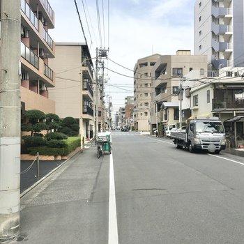 お部屋の周辺は広めの通りになっていますが、車通りはそこまで多くなく、落ち着いた雰囲気です。