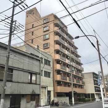 ちょっぴり背の高いブラウンのマンションが目印。