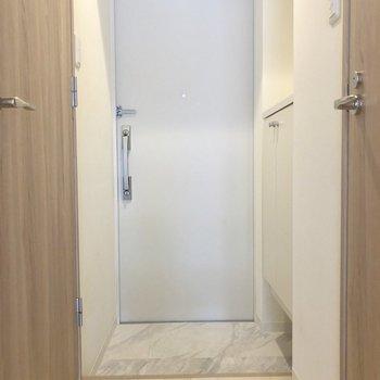 玄関、ひとり暮らしにちょうどいい広さかな。※写真は4階の同間取り別部屋のものです