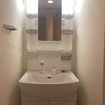 洗面台、清潔そうなのがgood。※写真は4階の同間取り別部屋のものです