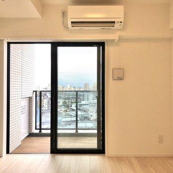 白を基調とした空間。※写真は12階の反転間取り別部屋のものです