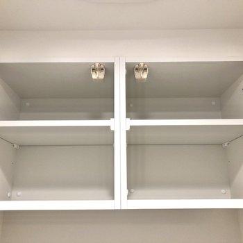 上部には棚もあります。※写真は12階の反転間取り別部屋のものです