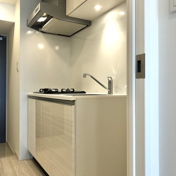 まずはキッチンから。冷蔵庫は右側のスペースにおきましょう。※写真は12階の反転間取り別部屋のものです