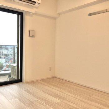 洋室は約7.5帖の広さがあり、テレビやベッド、ローテーブルも余裕を持って置けます。※写真は12階の反転間取り別部屋のものです