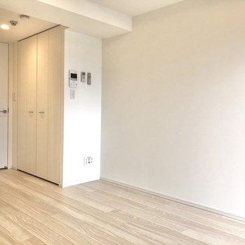 扉や床も白で統一されており、爽やかな雰囲気を感じます。※写真は12階の反転間取り別部屋のものです