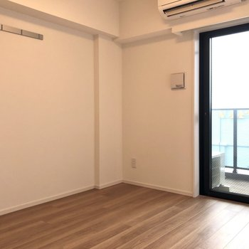 約7.5帖の洋室にはテレビ、ベッド、ローテーブルなどが置けます。