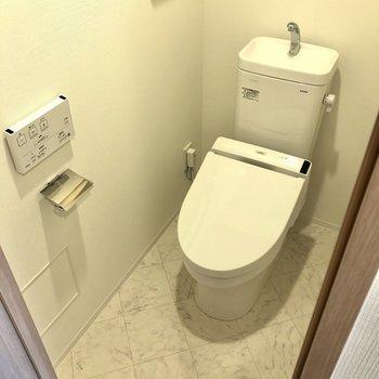 洗面室のお隣にはトイレが。