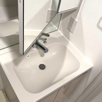 洗面台です。鏡のうちがは収納になっているので歯ブラシなどの小物はここに置けますよ。