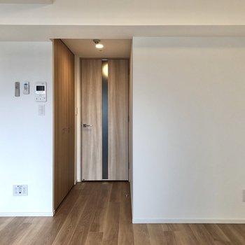 扉も木の素材感のあるのもで統一されています。