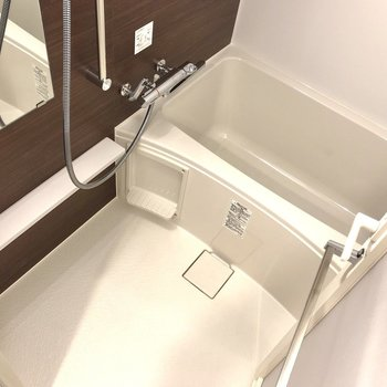 浴室です。シャンプーなどが置ける棚も備え付けです。