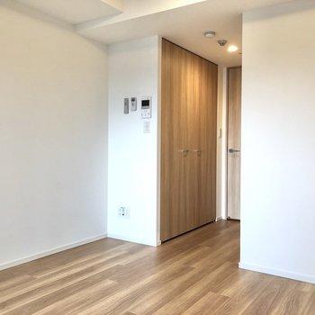 洋室は約7.5帖の広さがあり、テレビやベッド、ローテーブルも余裕を持って置けますよ。