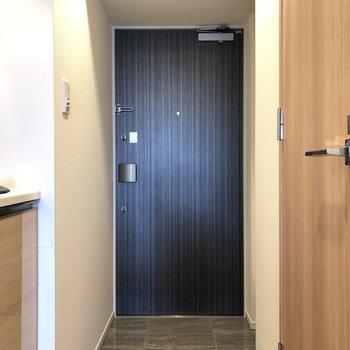 グレーの大理石調の床材が使われている玄関。