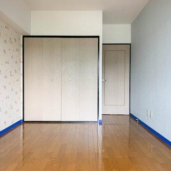 【洋室7.8帖②】窓側から。こちらも大きな収納がありますね。