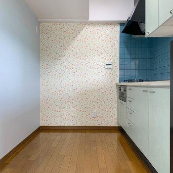 【LDK】キッチン部分へ。広めの作りです。