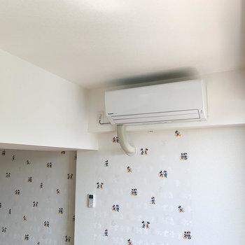 【洋室7.8帖①】梁の奥側にエアコンが付いています。
