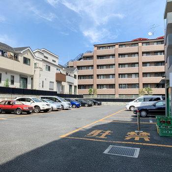 駐車場の手前側にゴミステーションがありました。