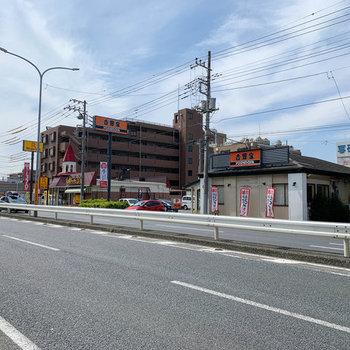 お部屋の近く県道68に、飲食店が数店舗とガソリンスタンドがありました。