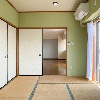 【和室】奥側から。和室にもちゃんとエアコン付いています。