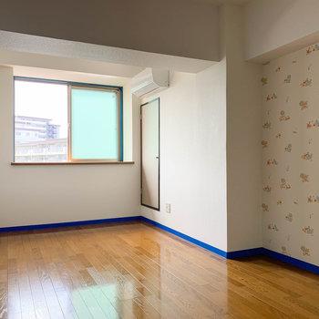 【洋室7.8帖②】もう一つの洋室へ。こちらも梁の部分は少し低くなっています。