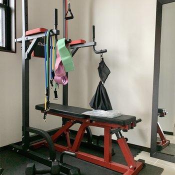 トレーニングマシンを置いておくのもいいですね!※家具はサンプルです