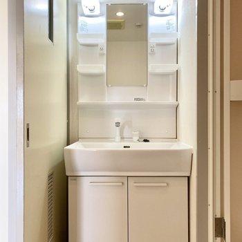 機能的な印象の洗面台。