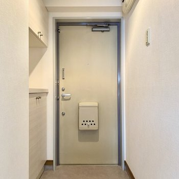 玄関はシンプルな印象。