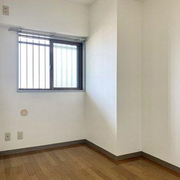 【納戸】こちらは収納やちょっとした作業スペースとして。
