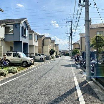 お部屋前の通り。閑静な住宅街で暮らしやすそうな環境です。