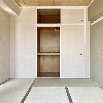 【和室】収納は押入れタイプ。布団などの大きい物の収納に役立ちそうです。