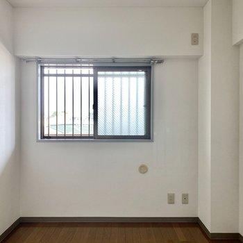 【洋室】こちらの窓は共用部に面しています。