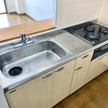【LDK】3口コンロとグリル付き。シンクが広く洗い物もらくらくです。