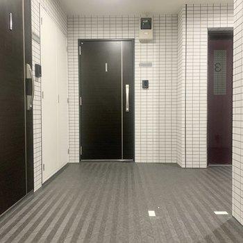 お部屋はエレベーターのお隣です。
