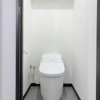 トイレ用品は上に棚へ。