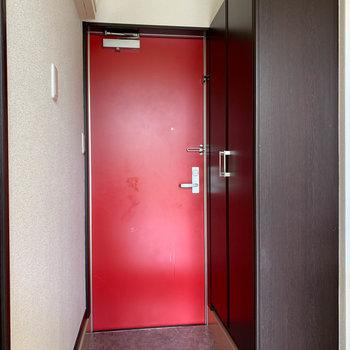 玄関はレッド