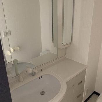 洗面台は鏡がとても大きい