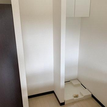 キッチン後ろに冷蔵庫と洗濯機置き場