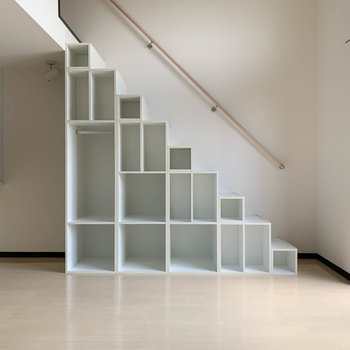 左側にロフトへの階段。収納にもなっています。