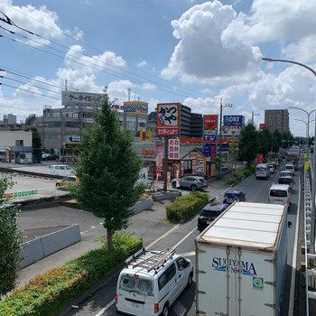 大通り沿いには飲食店がたくさん