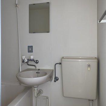 鏡付きで洗顔もしやすいです。※写真は通電前・フラッシュを使用しています