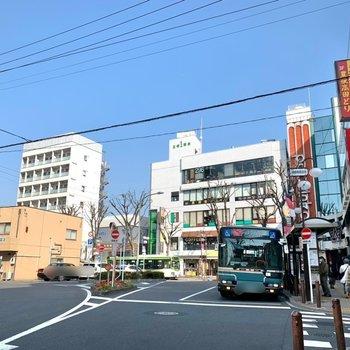 すぐそばの〈成増駅〉周辺は飲食店など暮らしに便利なお店が揃っていました。