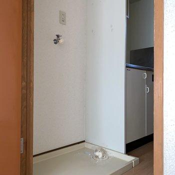 洗濯機置き場は扉を開けてすぐです。※写真は通電前・フラッシュを使用しています