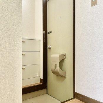 玄関。タタキ部分との段差は深め。