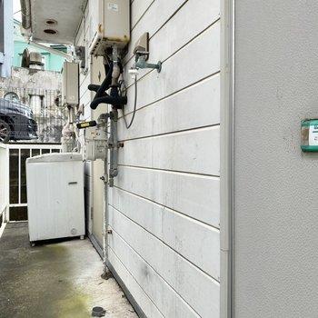 洗濯機置場は共用部にあります。