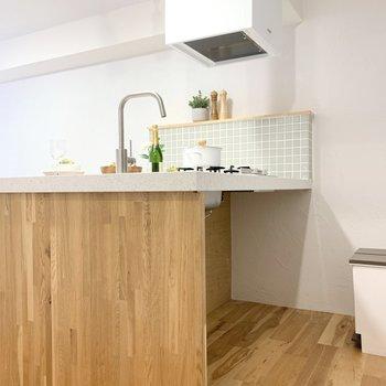 木とタイルのキッチンはとっても魅力的。