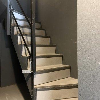 階段は少し狭め。家具などの搬入出の際は寸法をご確認ください。