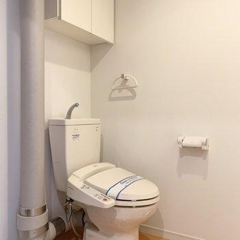 脱衣所にトイレがあります。ウォシュレット、上部棚付き◎(※写真は3階の同間取り別部屋のものです)